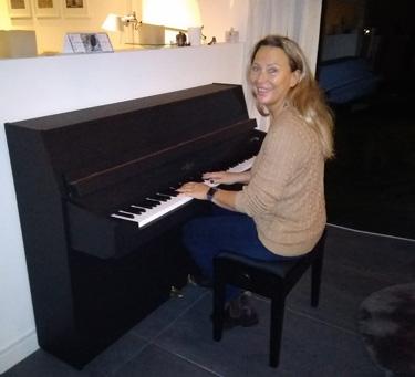 Wij hebben deze bruine piano zwart gelakt.
